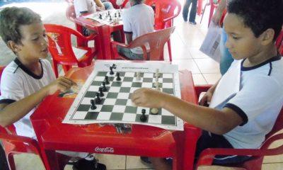 Jogo de xadrez é adotado nas escolas municipais e resultado surpreende
