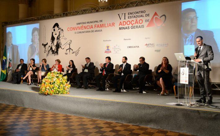 Lei de Incentivo à Adoção, de autoria do vereador Raphael Rios, é sancionada pelo prefeito Aracely de Paula durante Simpósio de Convivência Familiar e Comunitária