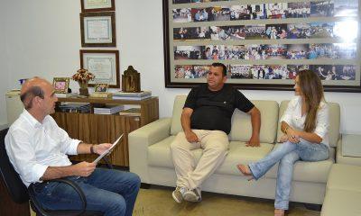 Representantes do Fliaraxá recebem Moção de Congratulações da Casa Legislativa
