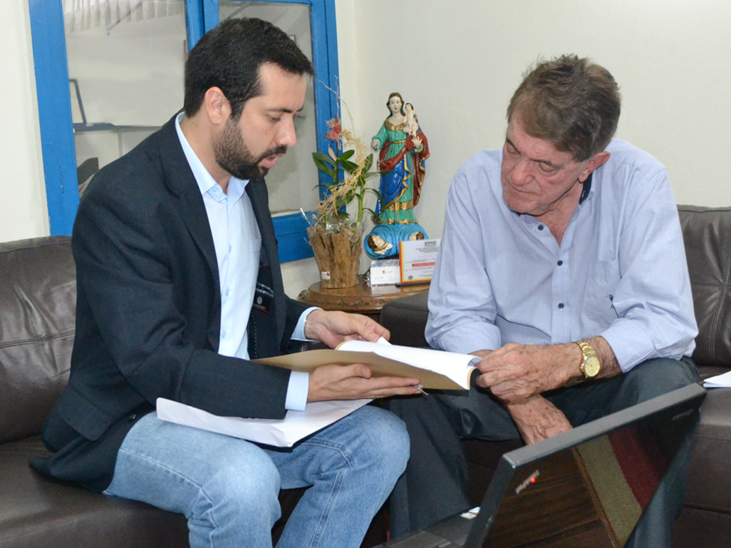 Raphael Rios apresenta relatório de fiscalização e reivindicações de escolas para o prefeito Aracely de Paula