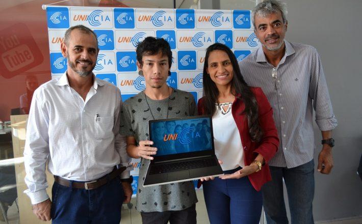 Associação Comercial promove entrega de prêmio para aluno da Uniacia