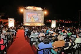 Estacionamento do Estádio Fausto Alvim se transforma em cinema ao ar