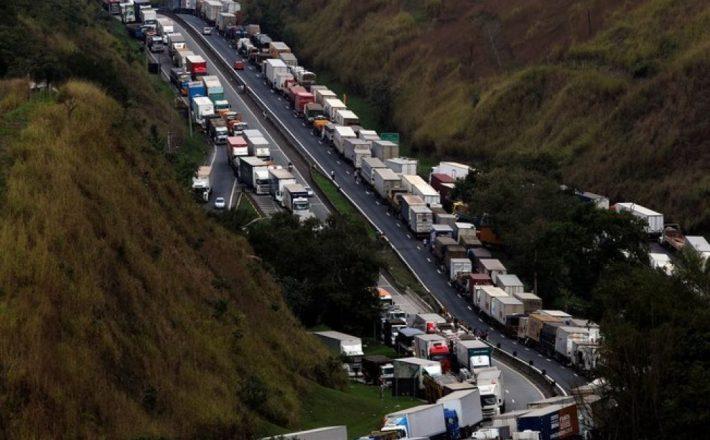 """Líder de caminhoneiros quer 180 dias sem reajuste do diesel e avisa: """"Governo não tem para onde correr"""""""
