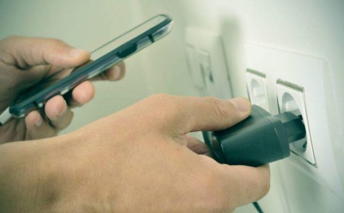Carregador de celular pode causar choques e incêndios