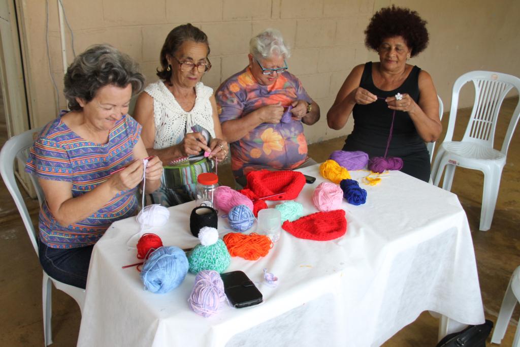 Projeto Tecendo Sonhos produz toucas e cachecóis para crianças