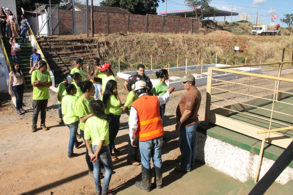 Jovens do programa Casa do Pequeno Jardineiro plantam mudas no pátio ferroviário
