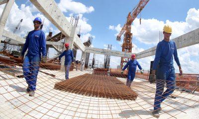 Confiança dos empresários da construção volta a cair após 13 meses de otimismo
