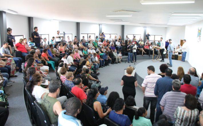 Após anos de espera, 103 famílias recebem escrituras de suas casas