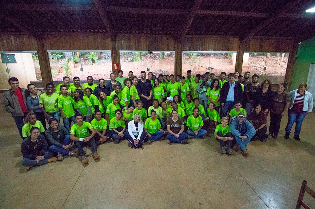 Prefeitura entrega uniformes para adolescentes do Programa Casa do Pequeno Jardineiro