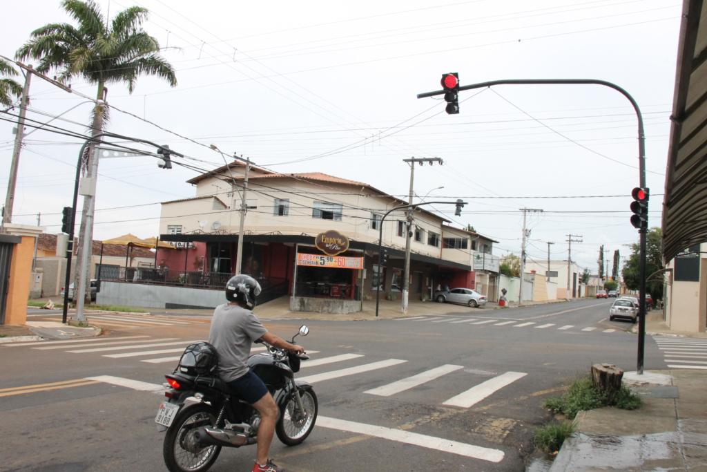 Semáforo da rua Terêncio Pereira em pleno funcionamento