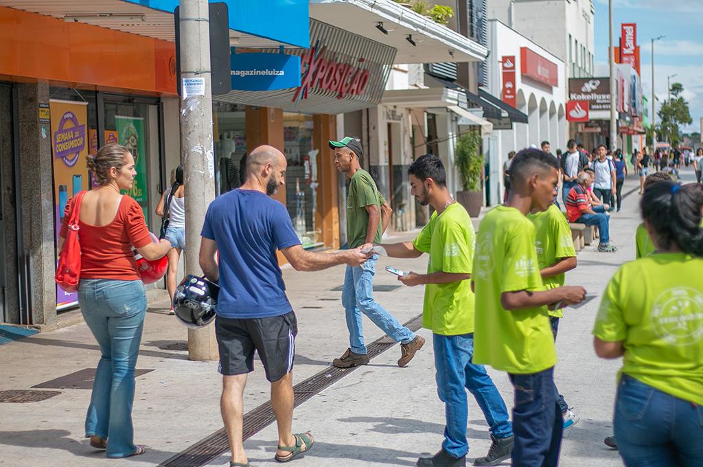 Comunidade recebe mudas doadas pela Prefeitura