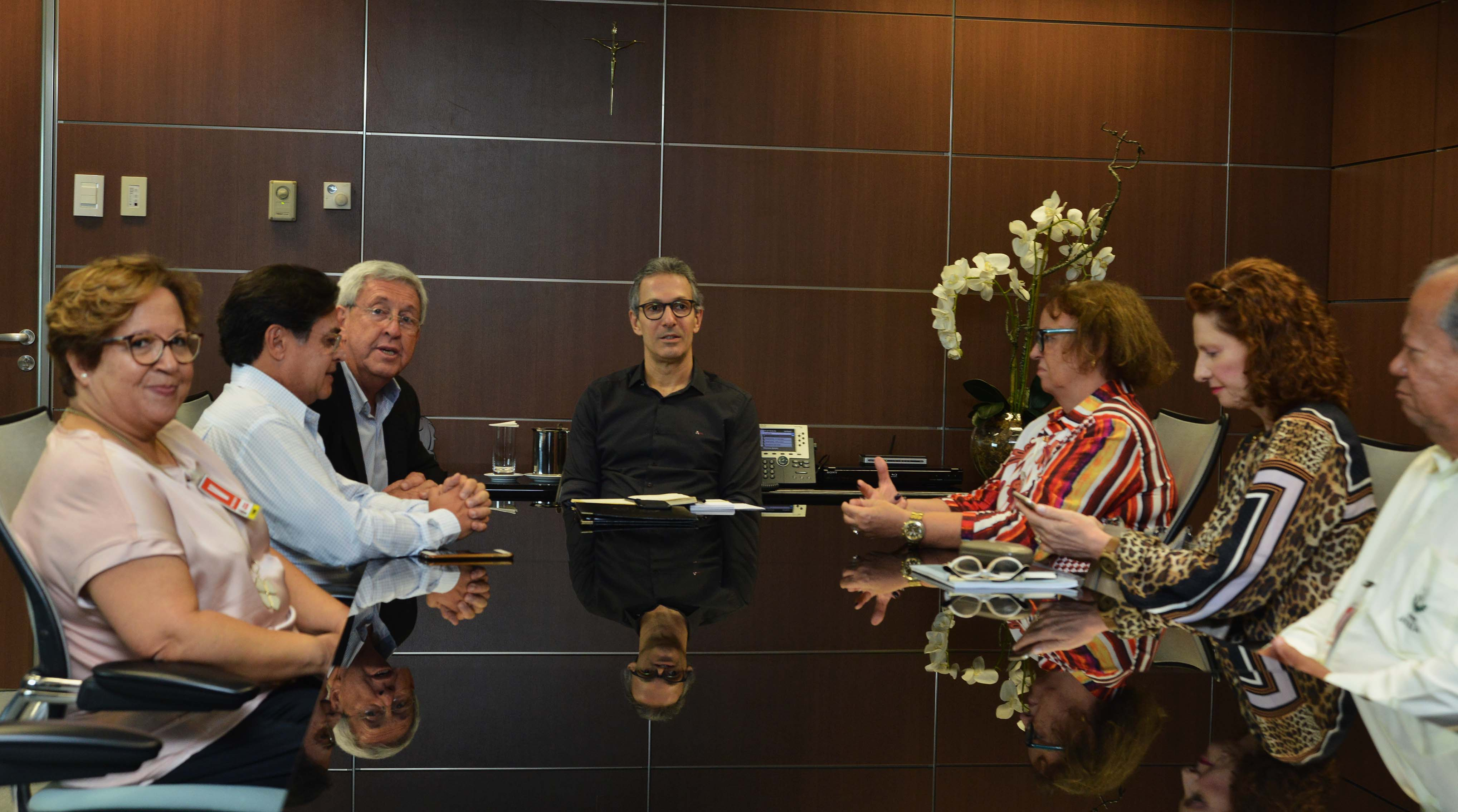 Governador Romeu Zema recebe representantes das Apaes de Minas Gerais