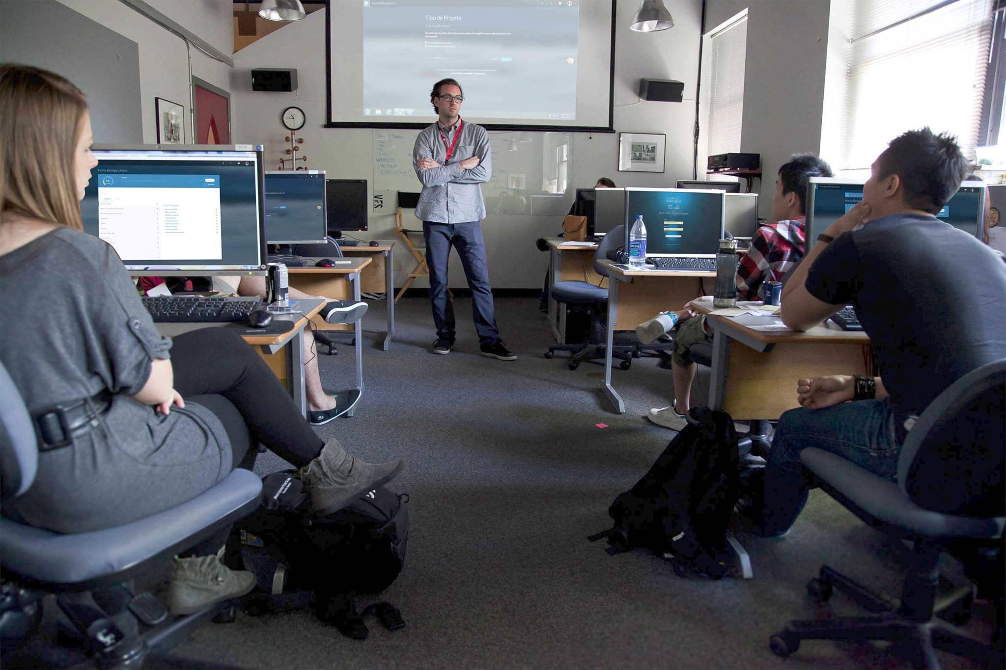 Plataforma online internacional leva alunos ao mundo dos negócios