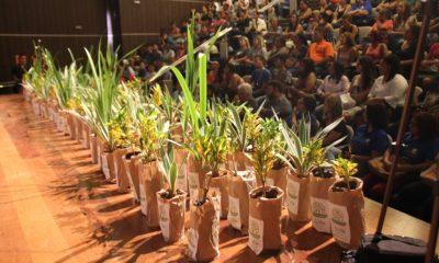 Prefeitura entrega certificados para jovens do Pequeno Jardineiro