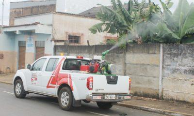 Carro fumacê percorre bairros de Araxá