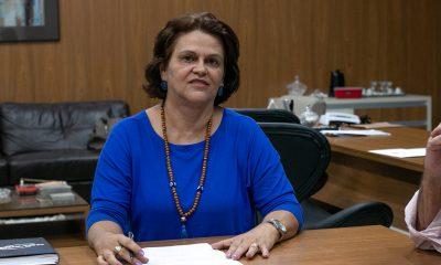 Prefeito Aracely assina nomeação da nova Secretária de Educação
