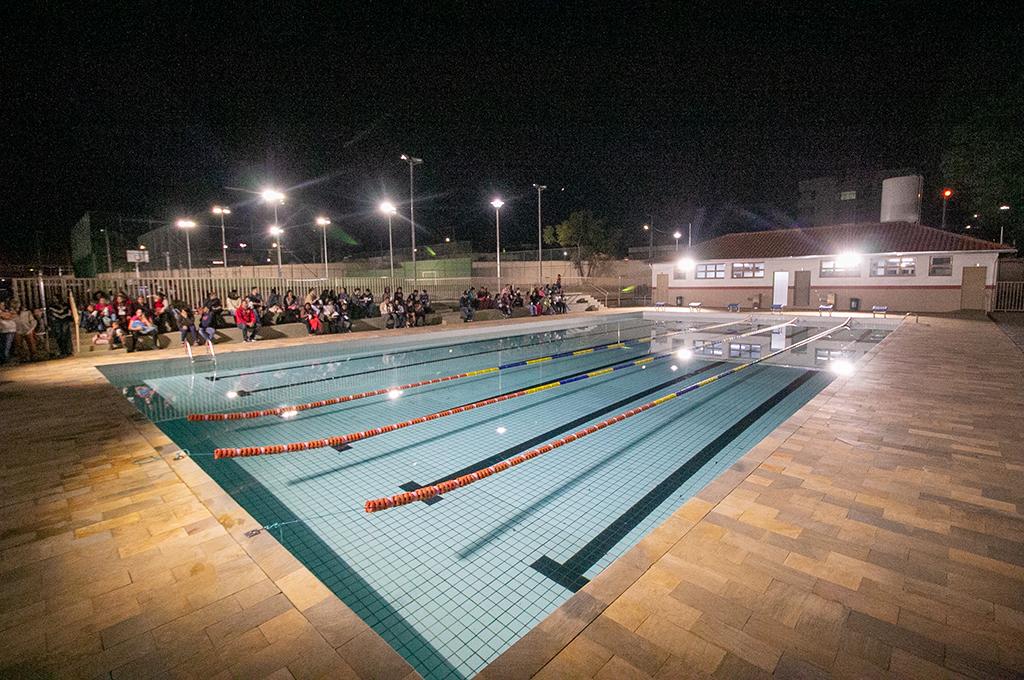 Prefeitura oferece aulas de natação e tênis para crianças e jovens no antigo ATC