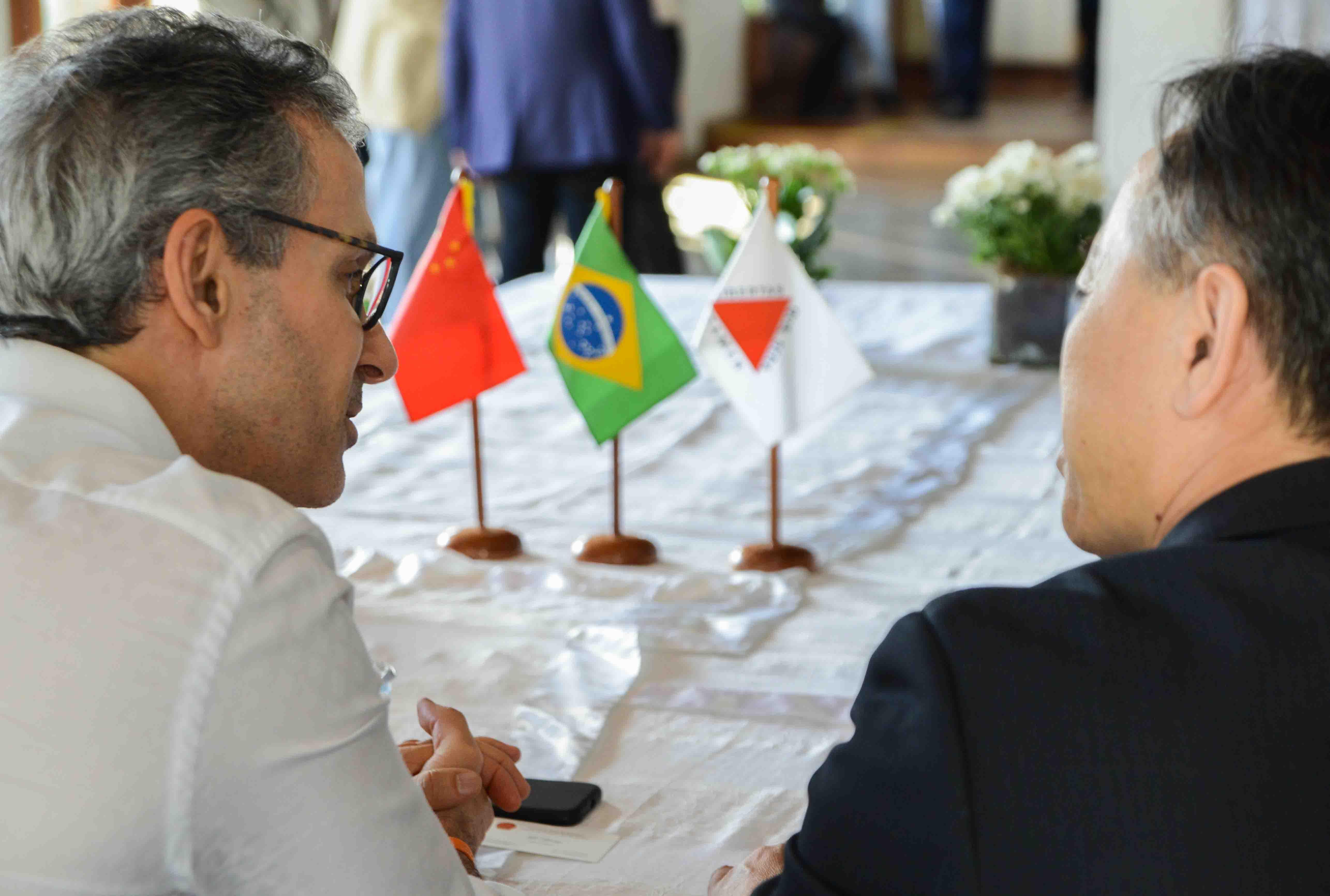 Romeu Zema negocia cooperação econômica e comercial com a China em encontro no Norte de Minas