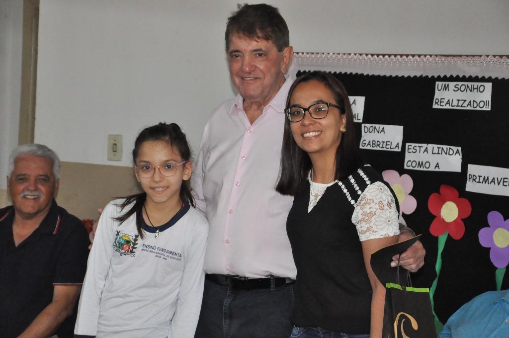 Prefeito é homenageado após a execução de reparos na Escola Dona Gabriela