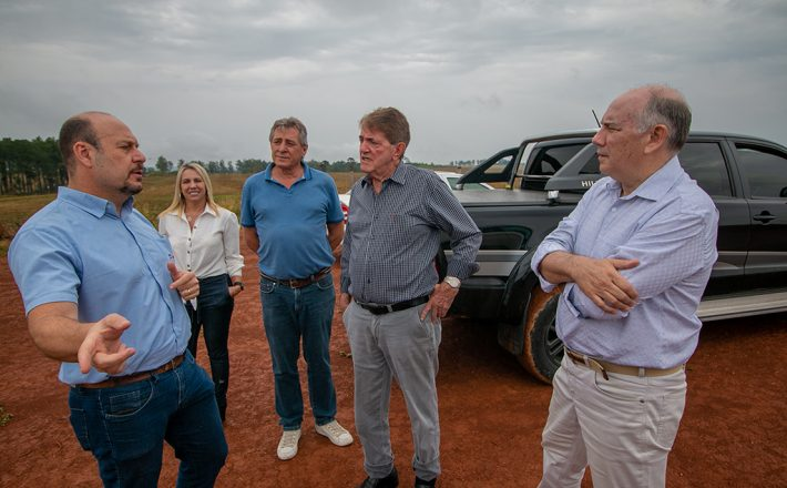 Prefeito Aracely visita local onde será instalada a McCain