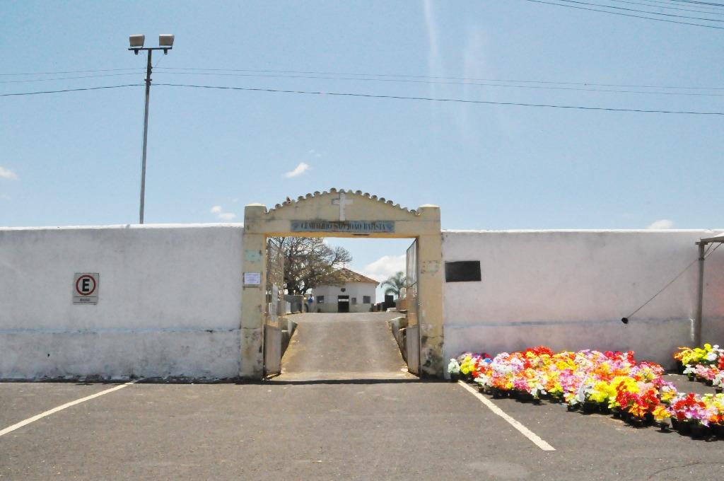 Intensificado manutenção nos cemitérios de Araxá