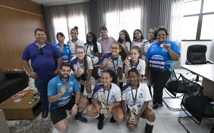 Prefeito Aracely recebe atletas de vôlei do projeto Meninas de Ouro