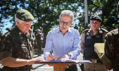 Romeu Zema participa de cerimônia de doação de 450 fuzis do Exército para Polícia Militar