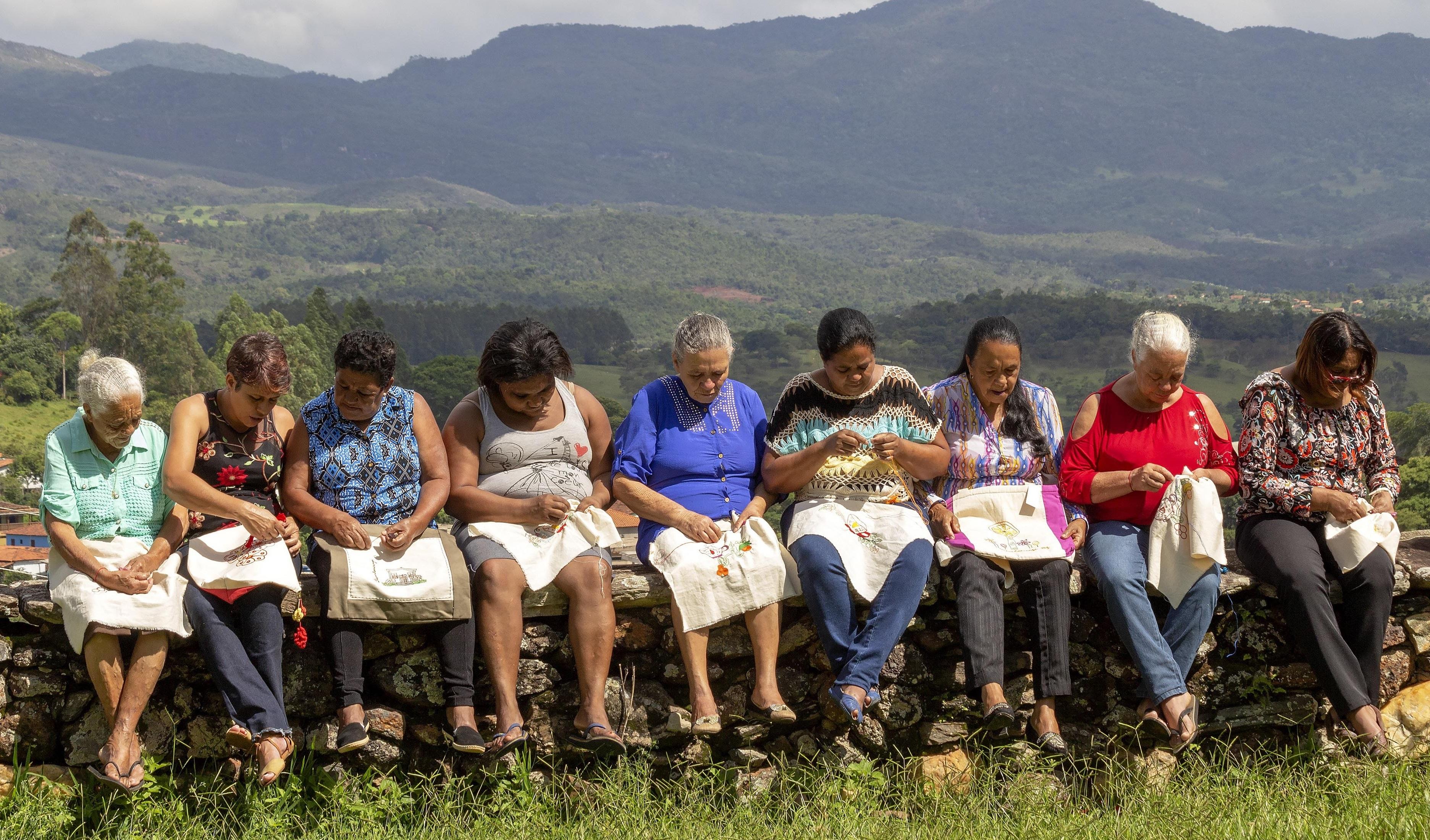 Artesãs da região Central de Minas Gerais ganham catálogo para divulgar seu trabalho
