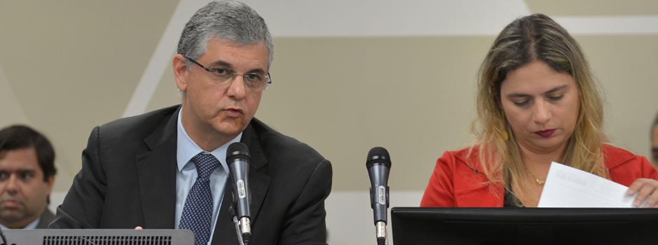 Secretário de Fazenda presta informações a deputados sobre investimentos na educação e 13º salário