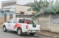 Prefeitura de Araxá combate o Aedes aegypti com carro fumacê