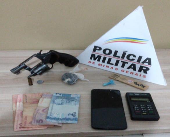 Polícia Militar prende autores por tráfico e consumo de drogas e apreende arma de fogo e drogas em Araxá