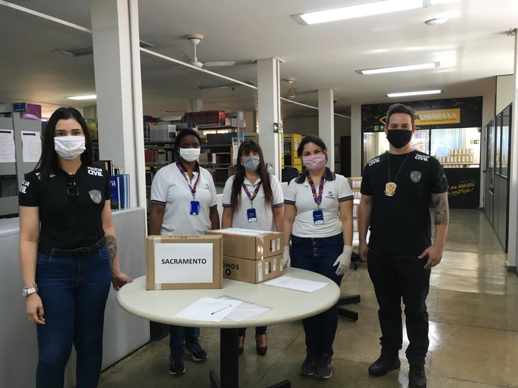 Curso de Direito do Uniaraxá, em parceria com a Polícia Civil, distribui kit de livros SSA Saraiva para alunos de Araxá e região.