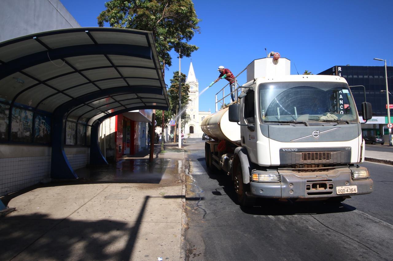 Pontos de maior aglomeração passam por desinfecção realizada pela Prefeitura