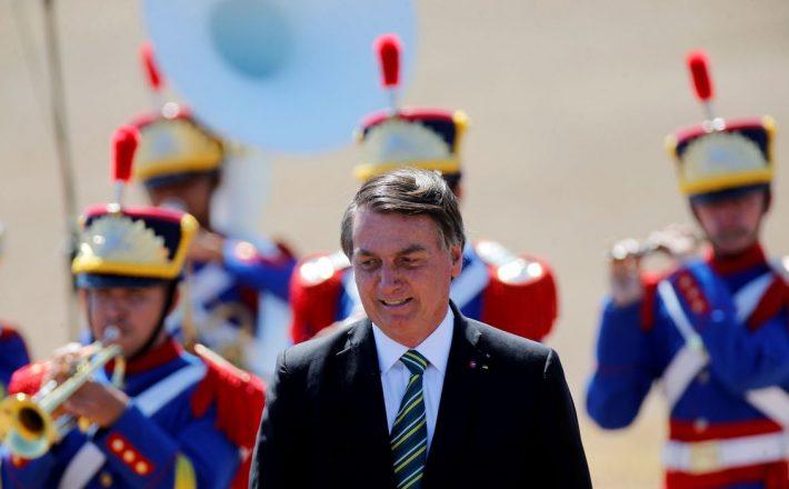 Bolsonaro cumprimenta populares em solenidade de 7 de Setembro