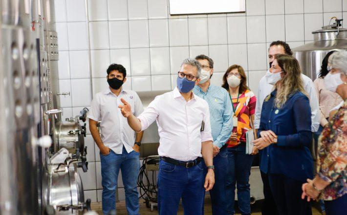 Romeu Zema visita unidade da Epamig que desenvolveu técnica inovadora para produção de vinhos premiados