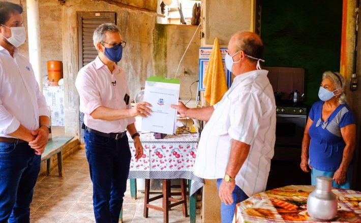 Romeu Zema entrega 181 títulos de Regularização Fundiária Urbana a moradores de Veríssimo