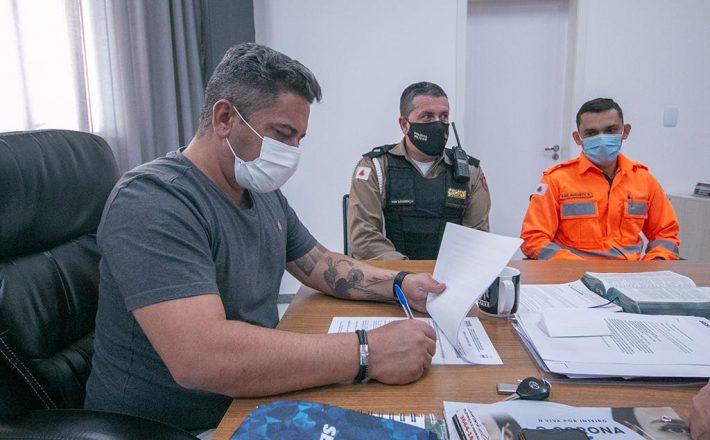 Prefeito assina acordo de cooperação mútua com Bombeiros e Polícia Militar Rodoviária