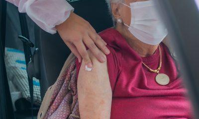 Aplicação da 2ª dose para idosos acima de 90 anos começa nesta terça por drive-thru na Escola Alice Moura