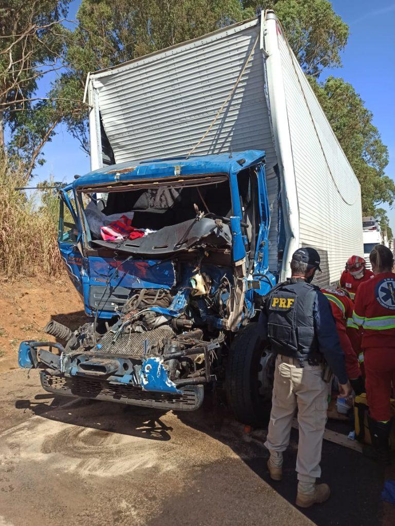 Acidente na tarde de quarta-feira (12) envolvendo dois caminhões na BR 262