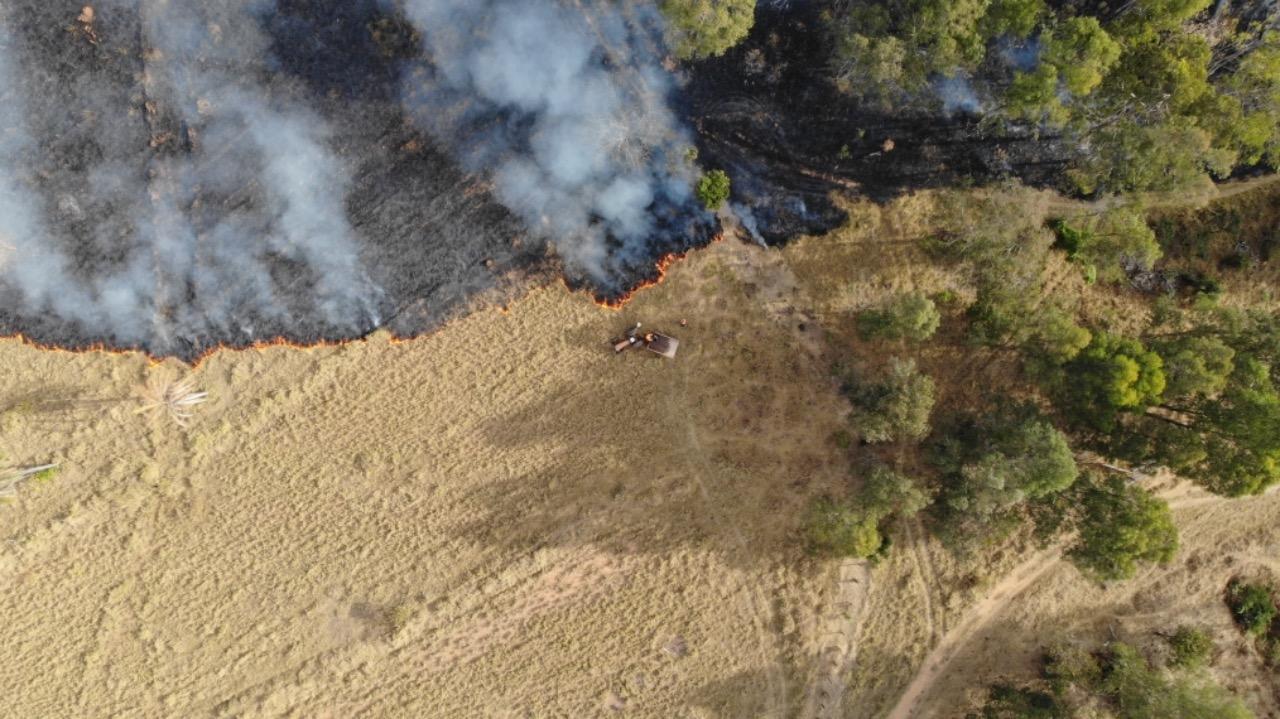 Bombeiros combatem incêndio florestal de grandes proporções em Araxá