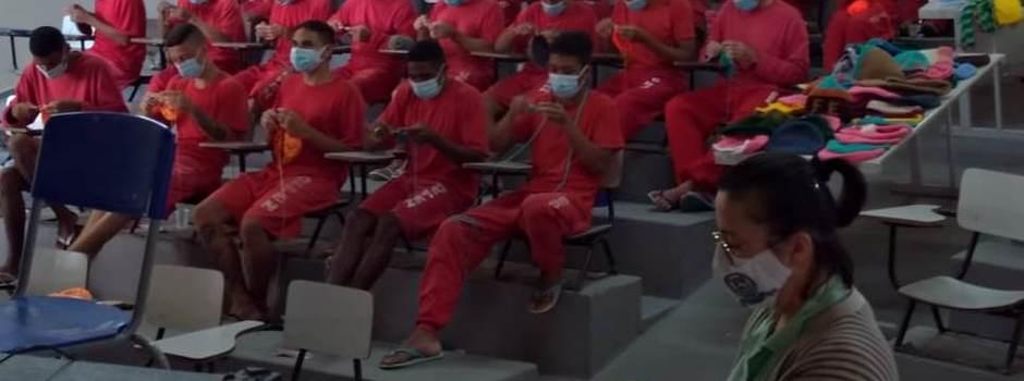 Detentos produzem toucas para moradores de rua e idosos da RMBH