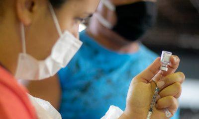 Araxá aplica a 3ª dose em profissionais de saúde que atuam diretamente no combate à Covid-19 nesta quinta